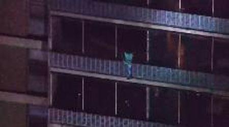 Usa, grattacielo di 19 piani in fiamme: per fuggire si cala dal balcone
