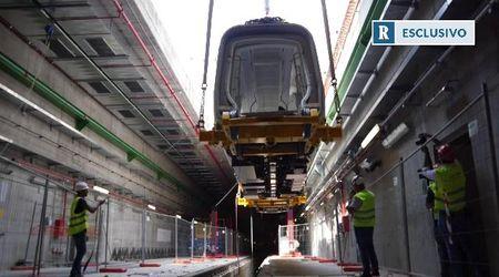 """La gru posa in galleria il primo vagone della M4 di Milano: """"Da Linate al centro in 12 minuti"""""""