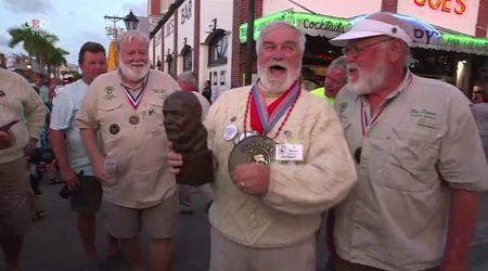 Barba bianca e occhiali: la gara dei sosia di Hemingway in uno dei suoi bar preferiti