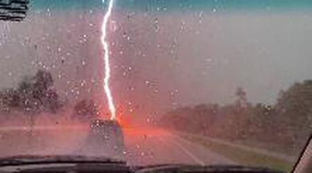 Florida, fulmine cade a pochi metri dall'auto: sembra un'esplosione