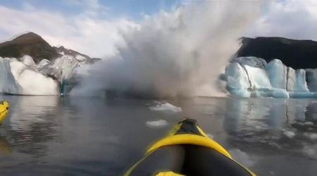 Alaska, il ghiacciaio collassa: l'onda sommerge due canoisti