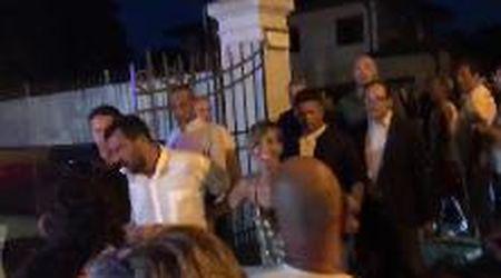 L'arrivo di Salvini alla festa della Lega: e stavolta nega il selfie alla fan