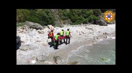 Cilento, gli speleologi affidano il corpo di Simon alla Guardia costiera