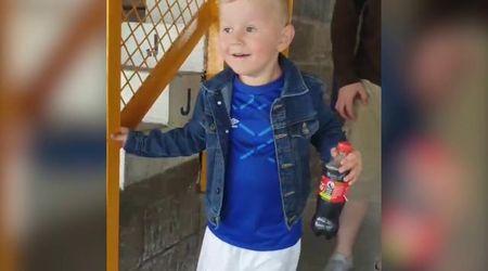 Gb, bimbo allo stadio per la prima volta: l'emozione del piccolo tifoso nel video virale