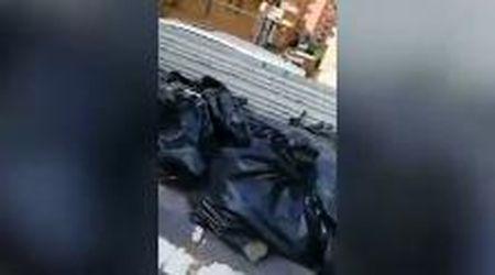 Roma, buttano nei cassonetti decine di sacchi con scarti di cantiere: la sindaca posta il video