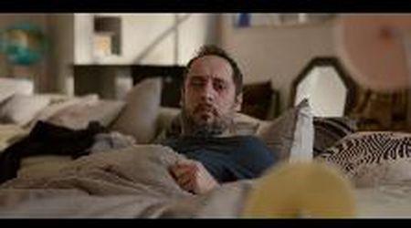 'L'ospite' tormenti e divani nella commedia di Duccio Chiarini - trailer