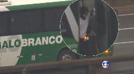 Rio de Janeiro, le immagini del sequestratore del bus e la liberazione del primo ostaggio