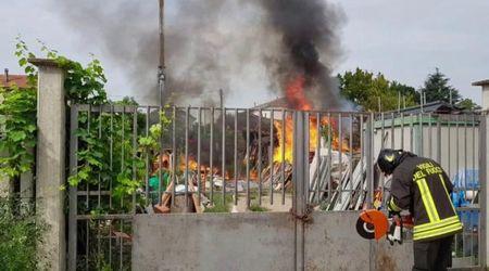 Vigevano, a fuoco magazzino di materiale edile