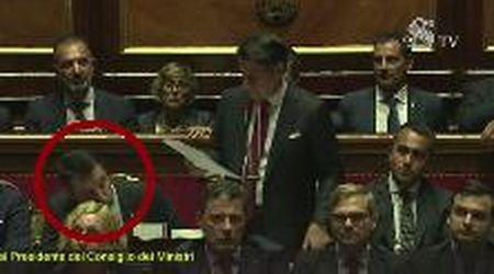 Senato, Salvini bacia di soppiatto il crocifisso dopo il rimprovero di Conte
