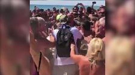 """Vasco Rossi va in vacanza ma i fan lo assaltano: """"Sono dovuto scappare"""""""
