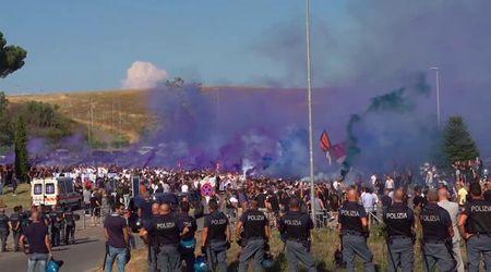 """Funerali Diabolik, fumogeni all'uscita del feretro. Ultras fa saluto romano e insulta i cronisti: """"Infami"""""""