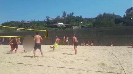Sabaudia, Totti gioca a beach volley: Ilary si improvvisa conduttrice per la folla in spiaggia