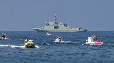 Lampedusa, l'arrivo della nave militare che porterà in Spagna 15 migranti