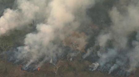 Incendi in Amazzonia, le riprese aeree della foresta in fiamme