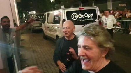 """Mestre, Festival Show: i fan di Fausto Leali gli cantano """"A chi"""""""