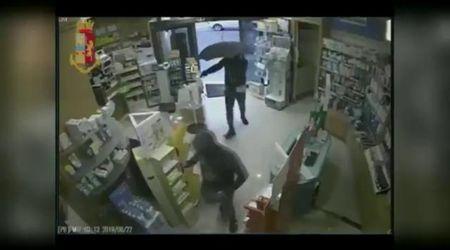 Bari, il rapinatore con l'ombrello in azione: l'ultimo colpo in farmacia