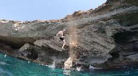 """Ibiza, si tuffa all'indietro ma il """"trampolino"""" di roccia si stacca: volo in acqua da brivido"""