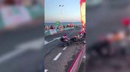 Ciclismo, Vuelta: sbaglia una curva e trascina a terra la squadra, Fabio Aru compreso