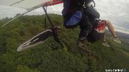 Incidente in volo: deltaplano si scontra con il parapendio e 'atterra' sugli alberi