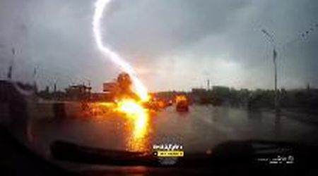Russia, il fulmine colpisce l'automobile: il boato è impressionante