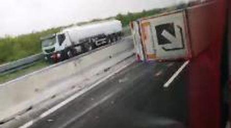 Tir si ribalta sulla A4: autostrada chiusa
