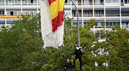 Festa nazionale Spagna, il paracadutista sbatte contro il lampione a due passi dalla famiglia reale