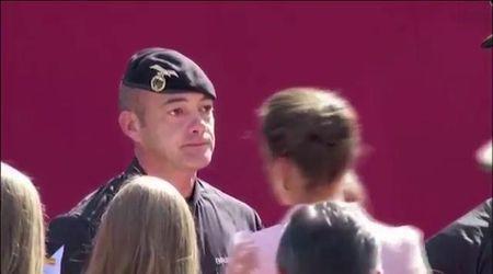 Spagna, la regina Letizia consola il paracadutista che ha centrato il lampione: il militare è affranto