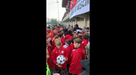 Balotelli a Castiglione, l'abbraccio dei giovani calciatori