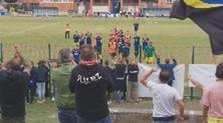 Calcio dilettanti, Promozione: l'esultanza del Piombino insieme ai tifosi