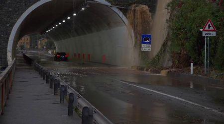 Maltempo, allagamenti a Genova: binari sotto l'acqua