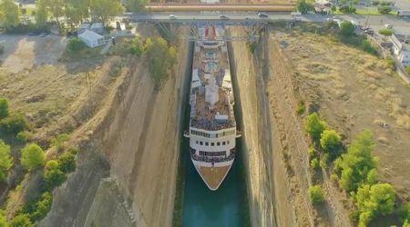 Canale di Corinto, la nave da crociera passa a malapena nello stretto: la manovra è da record