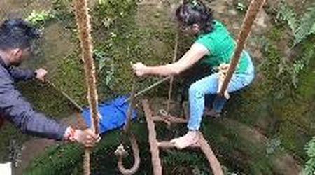 India, donna si cala in un pozzo per salvare un cobra