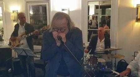 Napoli, il Nobel per la Medicina suona l'armonica in un ristorante