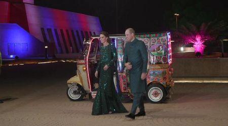 """Islamabad, Kate e William inabiti da """"MIlle e una notte"""" si spostano a bordo di un tuk tuk"""