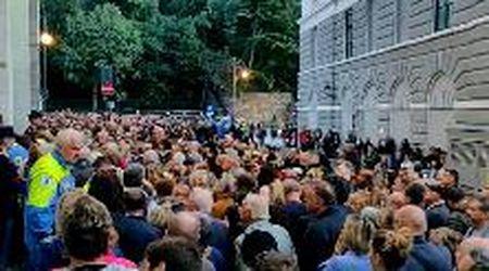 Trieste, una folla alla camera ardente degli agenti uccisi in Questura