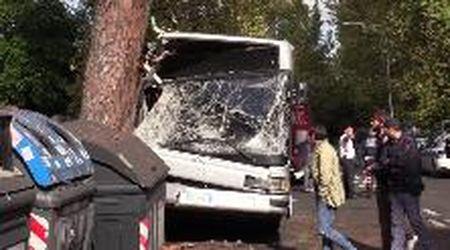 """Autobus contro albero a Roma, una testimone: """"Procedeva lentamente, non so come abbia fatto"""""""
