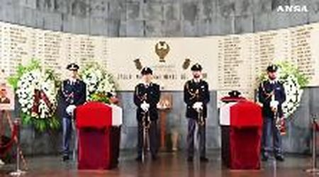 Folla ai funerali degli agenti uccisi a Trieste: il lungo applauso all'arrivo dei feretri