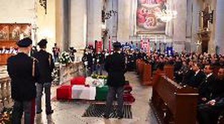 Trieste, folla ai funerali dei due agenti uccisi: la commozione del questore e della città