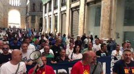 """Whirlpool Napoli, operai deviano il corteo in Galleria Umberto: """"Fatti, basta promesse"""""""