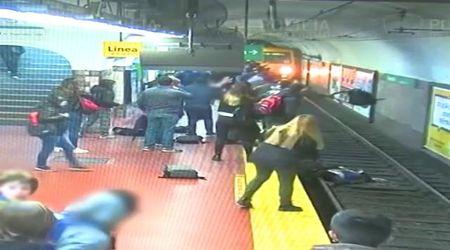 Buenos Aires, sviene sui binari mentre arriva il metrò: salva grazie all'allarme dei pendolari