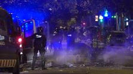 Barcellona, notte di scontri fra manifestanti e polizia: cassonetti a fuoco e vetrine in frantumi