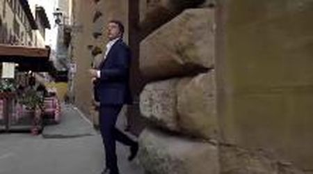 Leopolda, Renzi esce da un portone chiuso: la scena inspiegabile nello spot