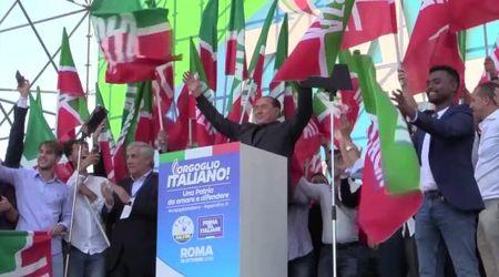 """Centrodestra in piazza, Berlusconi si attarda sul palco: dalla piazza qualche fischio e i cori per """"Matteo"""""""