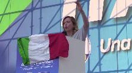 """Centrodestra in piazza, Meloni contro gay e lgbt: """"Sono una donna, sono una cristiana e non me lo toglierete"""""""