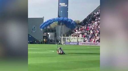 Sassuolo-Inter, invasione dal cielo: atterra col paracadute sul campo durante la partita
