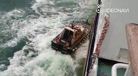 Savona, pilota del porto sale sul traghetto durante la mareggiata