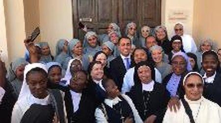 Bagno di folla per Di Maio a Matera, selfie con le suore