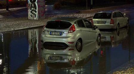 Nubifragio Milano: auto bloccate nell'acqua per ore in un sottopassaggio