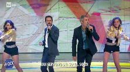 """La manovra secondo Luca e Paolo, sulle note (stonate) di Mahmood: """"Qui servono più soldi, soldi"""""""