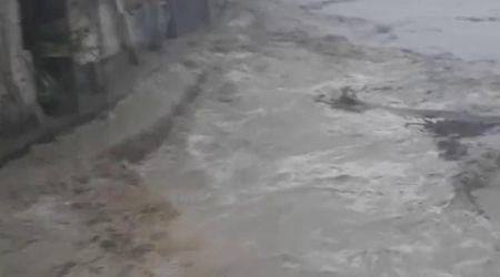 Maltempo in Piemonte, il torrente in piena sfiora le case